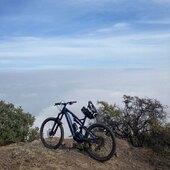 @juan_flores_jf disfrutando el mar de nubes desde la cima en su e-150 ⚡️, una de las tantas bondades de la bicicleta...  . @whytechile @bikingchile #WhyteFamily