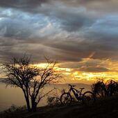 La bicicleta y sus contrastes bajo el rojo brillante de un sunset perfecto entre calor y lluvia... 🌇🌄 . @juan_flores_jf nos envía disfrutando estas vistas siempre sobre su @whytechile ⚡️ . @bikingchile #WhyteFamily